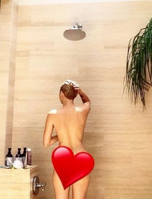 Miley-Cyrus-insta-red-heart
